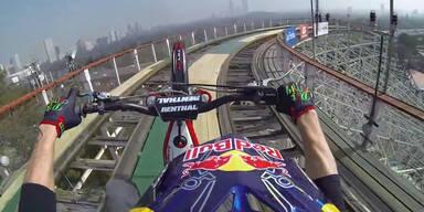 Biker fährt auf Achterbahn