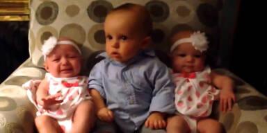 Baby trifft seine Zwillingsschwestern