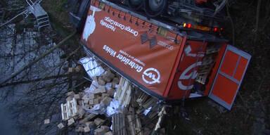 LKW stürzt in die Traun