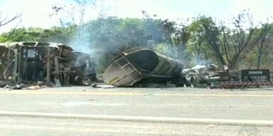 Bus und Tanklaster stoßen zusammen