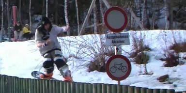 Snowboarder kracht gegen Schild