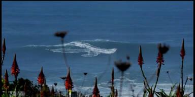 Deutscher Surfer reitet Riesenwelle