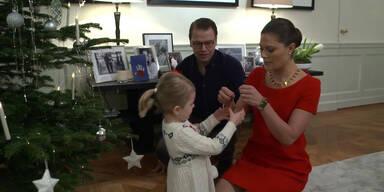 Prinzessin Estelle schmückt Christbaum