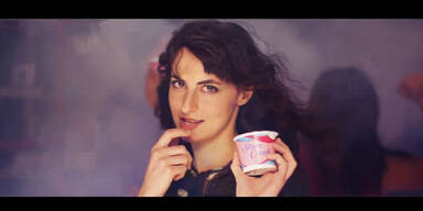 Joghurt im Bier-Werbungsstil