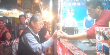 Eisverkäufer veräppelt seine Kunden