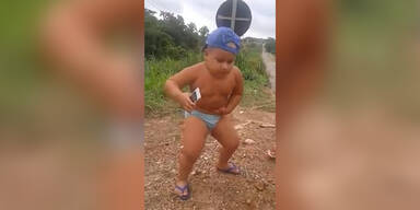 Dickes Kind zeigt seine Tanz-Moves
