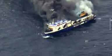 Brennende Fähre im Mittelmeer.