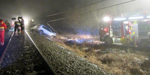 Zug erfasst quer stehendes Auto - Ein Toter