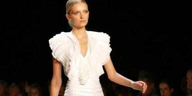 Schöne Kombi mit weißem Sommerkleid