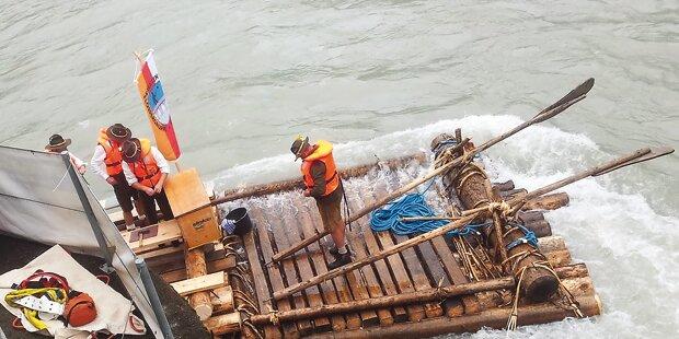 Floß rammt Brücke: Rettung aus Fluss