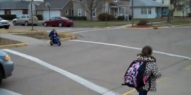 Kind fährt mit Motorrad in Kindergarten