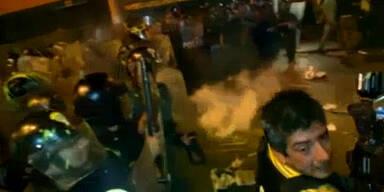 Studenten schlagen auf Polizisten ein