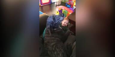 Baby und Hund Jaulen gemeinsam
