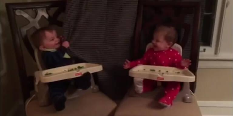 Baby lernt Zwillingsbruder Verstecken