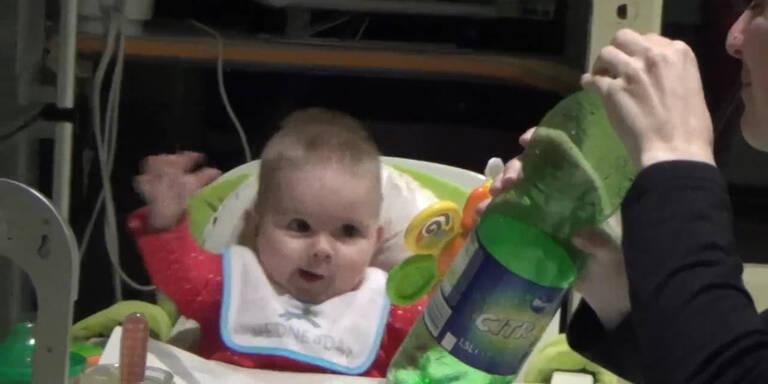 Baby jubelt über Trinkflasche