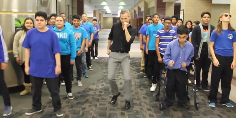 Uptown Funk: Lehrer tanzt durch die Schule