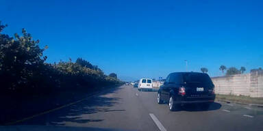 Corvette baut beinahe Unfall auf Autobahn
