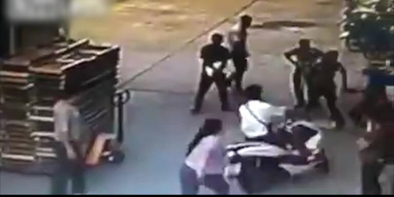 Frau lässt Mopedfahrer stürzen