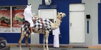 Mit Kamel beim Drive In