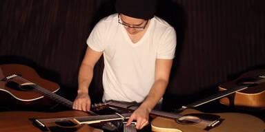 Dieser Mann spielt auf 5 Gitarren gleichzeitig
