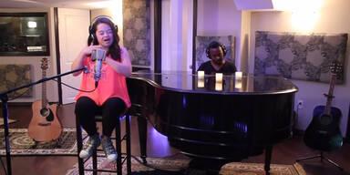 Mädchen mit Trisomie 21 singt Chart-Hit