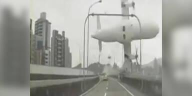 Absturz: Flugzeug streift Brücke