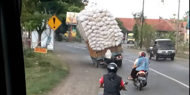 Überladenes Fahrzeug kippt im Straßenverkehr