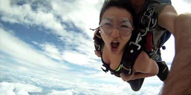 Fallschirmspringer kollidieren beinahe mit Flugzeug