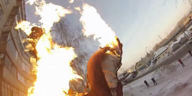 Russe springt brennend von Hochhaus