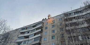 Russe zündet sich selbst an und springt von Hochhaus