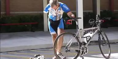 Mann wechselt Reifen ohne Arme
