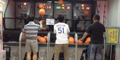 Spieler rockt den Basketball-Automaten