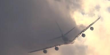 Flugzeug versinkt in den Wolken