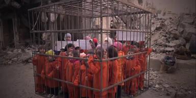 Aktivisten schocken mit Kindern im Käfig