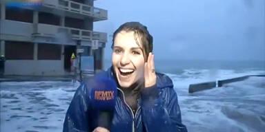 Riesen-Welle trifft Reporterin