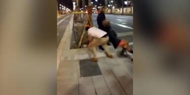 Spanier tritt Frau von hinten