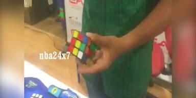 Inder löst einhändig 5 Rubiks Würfel