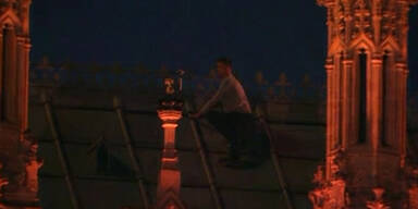 Mann auf dem Dach des Parlaments