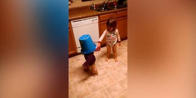 Kind: Mit Kübel am Kopf gegen Wand