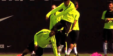 Neymar gibt Suarez einen Tritt auf den Po