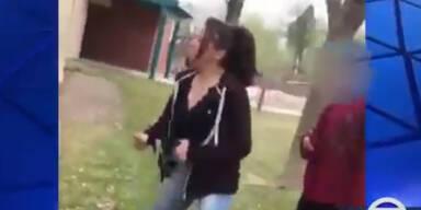 Mutter feuert Ihr Kind bei Schulhof-Prügelei an
