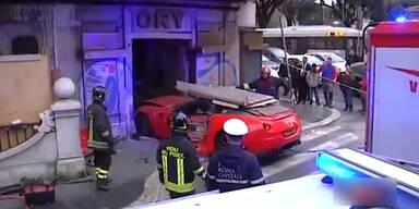 Wärter schrottet teuren Ferrari