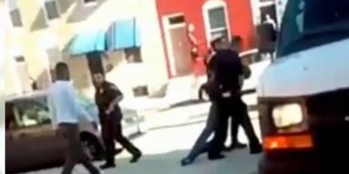 Polizisten brechen Schwarzem das Genick