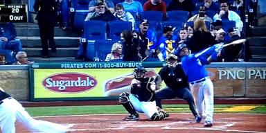 Baseball trifft Zuschauerin am Kopf