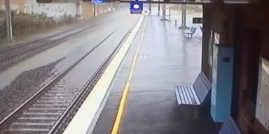 Zeitraffervideo zeigt Flutwelle im Bahnhof