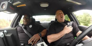 US-Cops singen im Duett