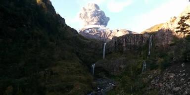 Biker filmt Moment des Vulkanausbruchs
