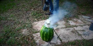 Melone wird mit Aluminium befüllt