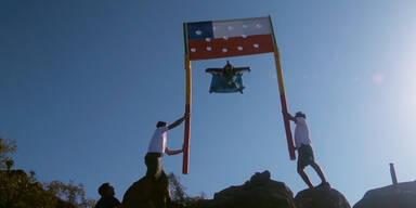 Mann fliegt durch chilenische Flagge