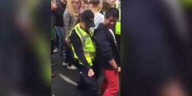 Coole tanzende Polizistin